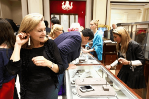 mücevher satın alan kadın müşteriler